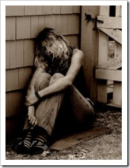 No vales la pena, mira lo que hiciste de mí... de quien te amaba.